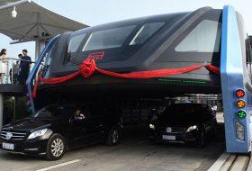 Автобус се движи върху колите в Китай