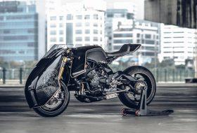 Брутален мотоциклет с рицарски доспехи